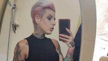 Protest tegen coronamaatregelen, kapster en tattoo-artieste gaan bloot
