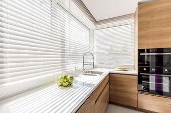 Een foto van een raamdecoratie in de keuken
