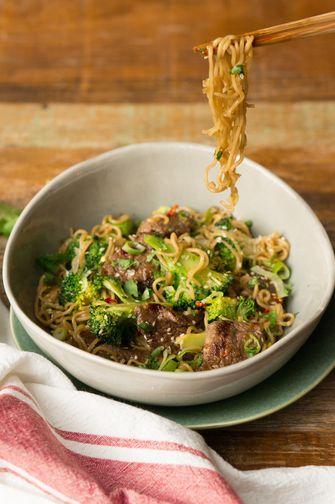 Noodles met broccoli en biefstukreepjes