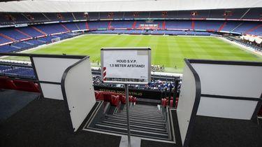 Een foto van een bord met coronamaatregelen in stadion De Kuip