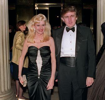 Een foto van Donald en Ivana Trump.