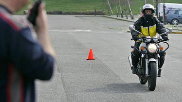 Minister bekijkt verlagen eis motorrijbewijs voor automobilisten