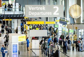 Een foto van drukte op Schiphol door mensen die wel op vakantie gingen