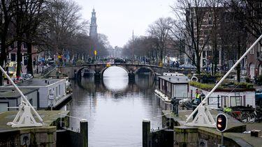Klap voor Amsterdamse schaatsers; schipper vernielt grachtijs