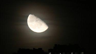 Een foto van de maan, helverlicht