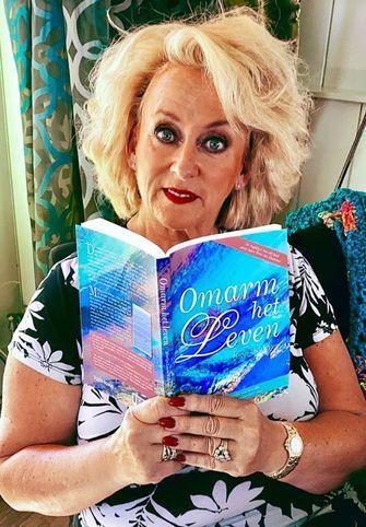 Karin Bloemen ontving het eerste exemplaar