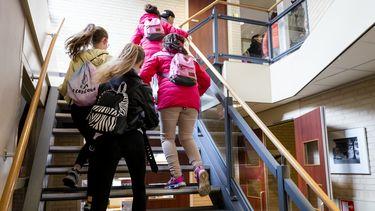 Een foto van kinderen op een basisschool; na de persconferentie gaat dat weer gebeuren