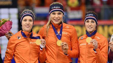 De Nederlandse vrouwenploeg met Janine Smit, Jutta Leerdam en Letitia de Jong heeft bij de WK afstanden in Inzell, Duitsland, goud veroverd op de 3000 meter teamsprint.