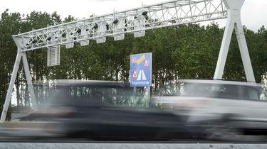 Tientallen auto's houden straatrace: meer dan 100 km/u te hard