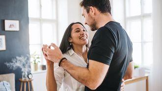10 relatietips voor stelletjes die de hele dag op elkaars lip zitten