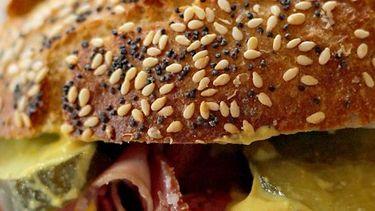 Broodje pastrami met mosterd & augurkjes