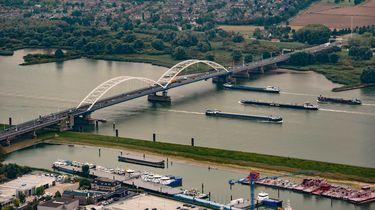 Luchtfoto van de A27 over de Merwedebrug.