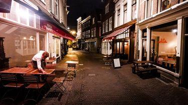 Een foto van een lege straat vol horeca in Haarlem