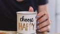 Een foto van een mok met choose happy
