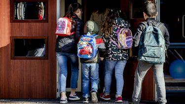Foto van leerlingen die een basisschool in gaan