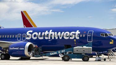 Op deze foto is een vliegtuig van vliegmaatschappij Southwest Airlines te zien.