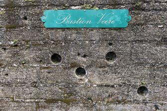 Kogelgaten in de muur van Bastion Veere in Fort Zeelandia waar in 1982 de Decembermoorden plaatsvonden. Foto: ANP | Pieter van Maele