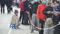 foto van inwoners Qingdao in de rij voor de test