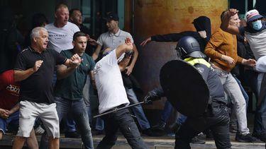 Politie in confrontatie bij het Centraal Station Den Haag.