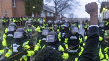 Zwarte man staat in Minneapolis voor politieleger en heft zijn vuist