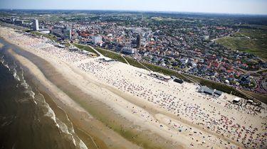Een luchtfoto van het strand. van Zandvoort