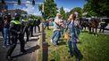 Op deze foto staat de politie tegenover de betogers.