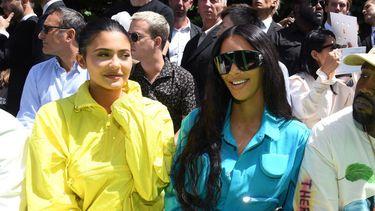 Links Kylie Jenner, in het midden haar zus Kim Kardashian en rechts zwager en rapper Kanye West
