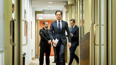 Een foto van premier Rutte en Hugo de Jonge onderweg om hun maatregelen te verkondigen