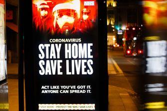 Een foto van een bord in Londen met de tekst stay home, save lives
