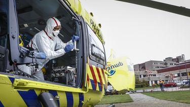 Een foto van een helikopter die patiënten met corona naar Duitsland kan vliegen