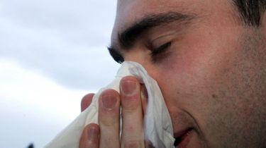 Man niest binnensmonds en scheurt zijn keel