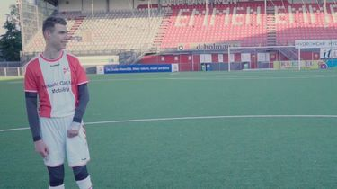 Een foto van G-voetballer Sven en profvoetballer Michael Chacón van FC Emmen