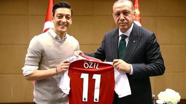 Voetballer Özil zou foto met Erdogan zo weer maken