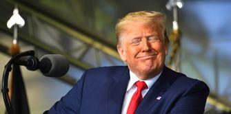 Op de foto een grijnzende Donald Trump
