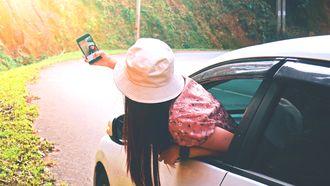 vrouw valt uit raam tijdens maken Snapchat-video