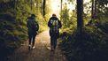 twee mensen wandelen in de natuur