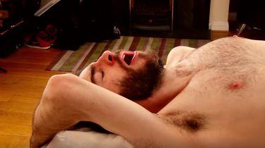 Video: mannen laten hun edele delen harsen