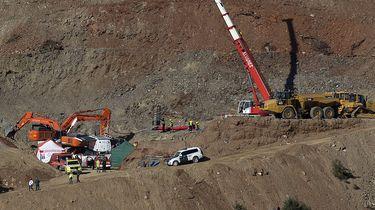 Reddingswerkers aan het graven.