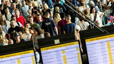 Schiphol waarschuwt voor enorme drukte en wachtrijen