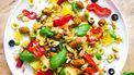 Op deze foto zie je orzo met merguez, olijven, pistache en harissayoghurt