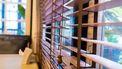 Een foto van een raamdecoratie van hout