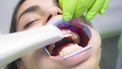 Een foto van iemand bij de tandarts.