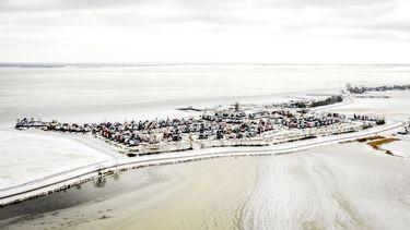 Een foto van winter in Uitdam vanuit de lucht, maar dooi komt eraan