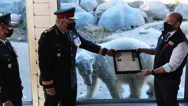 Een foto van de IJsbeer met haar certificaat.