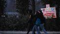 Bezoekers van de raveparty worden gecontroleerd door de politie