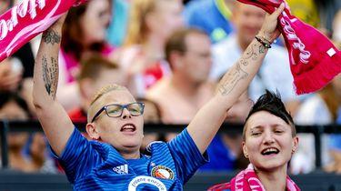 Een foto van een juichende jonge Feyenoordfan in De Kuip