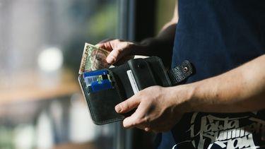 Vrouw betaalt boodschappen voor man zonder portemonnee