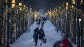Een foto van wandelende Zweden met mondkapjes