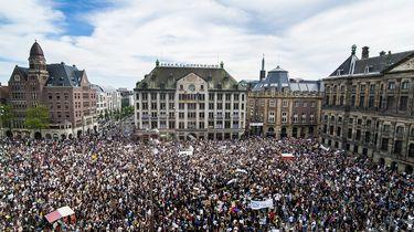 Op deze foto zie je demonstranten op de Dam in Amsterdam.