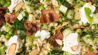 Op deze foto zie je een (maaltijd)salade van parelcouscous met bacon & munt